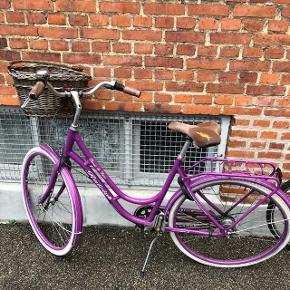 Dette er det lilla lyn! Den har fulgt mig hjem efter mange byture og solskinsture i København! Det er en lilla raleigh cykel som kører godt! Dog skal den have et nyt bagdæk da det blev skævt sidst jeg havde den med i byen. Det kan muligvis bare bare rettes ud igen hos en cykelsmed. Der medfølger lås, cykelkurv som er låst fast på cykel og der medfølger en helt ny selle Royal sadel også har den 7 gear! :)