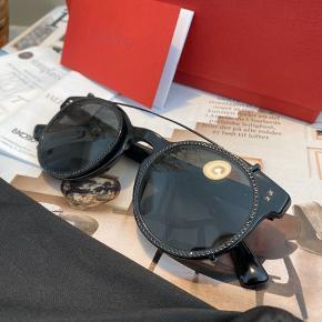 BYD GERNE - SKAL VÆK  Lækre solbriller fra Valentino Købt i Illum i 2018 for 3190,- DKK   Kvittering og alt medfølger - kan afhentes på Christianshavn eller sendes ❤️   Fejler ingenting da de ikke er brugt. Clip-glassene er dog brugt på mine læsebriller et par gange, men det ses ikke.   Stellet er uden styrke, men kan skiftes til glas med styrke hos en optiker.