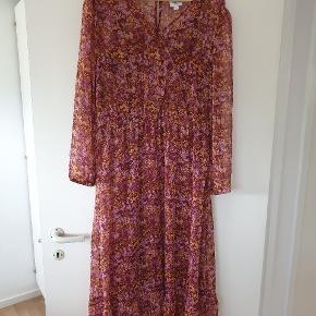 Fin lang kjole. Er aldrig brugt, kun prøvet på. Har en underkjole der kan knappes af.
