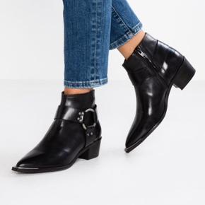 Super fine støvler  Sort skind Brugt max 5 gange  Nypris 1400kr  I butikkerne nu.