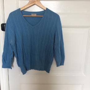 Lækker blød sweater i flot blå farve.   54% nylon 40% Angora 6% Uld  Det står XL på mærket, men passer altså XS-M
