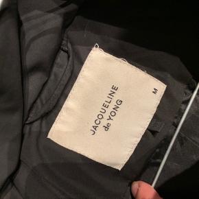 Den er godt brugt, og trænger måske til en rensning.  Det er hul i den ene lomme(se billede) men kan ikke ses udefra :)