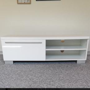 Rigtig fin og rummelig tv-bord til salg, sægles pga flytning