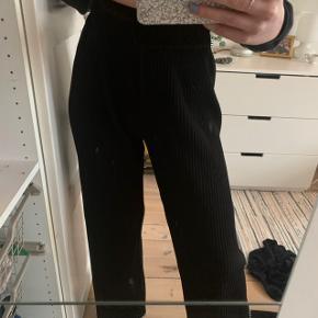 Sælger disse bukser fra Y.A.S, da jeg desværre ikke får dem brugt længere. De har et loose fit, og føles nærmest som at have natbukser på😍