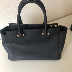 Rigtig fin hånd/skulder taske fra DKNY pæn og velholdt.