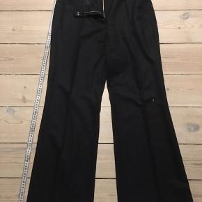Klassiske sorte bukser med lige ben af mærket Chloé i 100 % uld.   Bukserne er en fransk størrelse 42 og er små i størrelsen.  De er aldrig brugt, da de er købt for små.