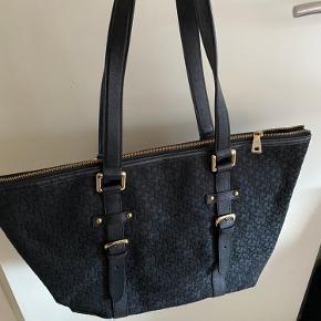 Sort firkantet DKNY shopper taske  - 300 kr  Stand: brugt men god stand. Ikke synlige spor af slitage. Meget rummelig. Dustbag medfølger  Nypris 1.800kr    Kan afhentes i Odense eller sendes imod betaling