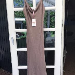 Super fin kjole. Det er en anden sortering, så der er lidt fejl på(se billeder). Der er en tråd der er løbet og den har lidt fnuller flere steder på kjolen.