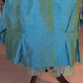 Sendes med DAO.  Silke. (Thai).  Talje: 2x40,5 cm  Utrolig smuk nederdel til fest. Farve: Turkis Oprindelig købspris: 2000 kr.
