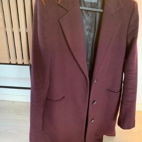 NY PRIS! MEGA BILLIGT! Virkelig smuk og klassisk uld jakke fra SAND. Farven på billederne snyder lidt - idet den er mørk vinrød/Bordeaux.