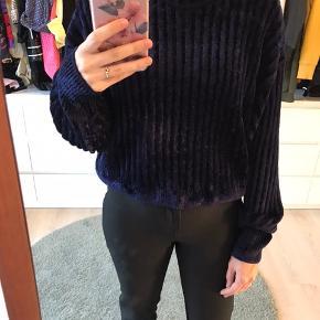 Blå velour lignede sweater fra & other stories. Jeg har desværre aldrig fået den på.