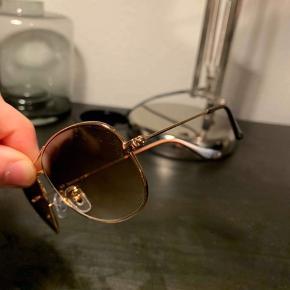 RAYBAN solbriller.  Højst brugt 1-2 gange, men står næsten som et nyt par. INGEN ridser, det er støv man kan se på billederne.   Np: 1200kr Mp: 500kr BIN: 800kr  Tager imod alle bud!