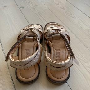 Helt nye. Købt sidste år men min datter nåede aldrig at gå med dem.   Har målt længden der hvor syningen er, 19 cm