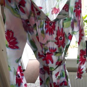Varetype: tunika Farve: se foto  smuk blomstret tunika fra Tommy Hilfiger med bælte  den er ej brugt kun skyllet op og har hængt i skabet  længde 68 bryst 51 x 2  150 plus forsendelse dao