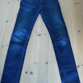 Et par fede jeans, der ikke er brugt ret meget. De sidder pænt til uden at være slim fit. En mellemting ml. Lav-og højtaljet. Har kostet 800 kr fra ny
