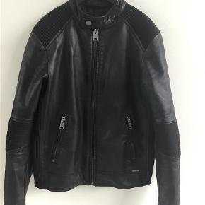 Varetype: Biker jakke Størrelse: 12år Farve: Sort Oprindelig købspris: 1475 kr. Prisen angivet er inklusiv forsendelse.  Super flot bikerjakke  Som ny ingen brugstegn