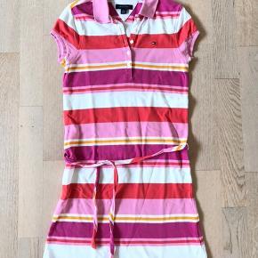 Tommy Hilfiger kjole str. 8-10 år.   Kun brugt 1 gang, så den er som næsten ny.   Kan sendes for 39 kr.