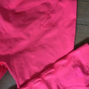 Sporty tights fra Hummel i en frisk farve. Der er fine detaljer som logo på hoften og ned ad benene.  Byd gerne!