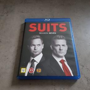 Suits sæson 7. Den er i pæn stand, og virker. Den kan afhentes i 6700, eller sendes hvis porto bliver betalt.