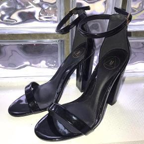 Sælger disse blanke sorte stilletter fra missguided Kun brugt 1 enkelt aften Hælen er 11 cm