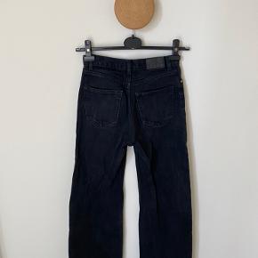Bukserne er i en str. 25 i talje.. Jeg er 174 cm høj og der bliver den lige en lille anelse for kort👍🏼