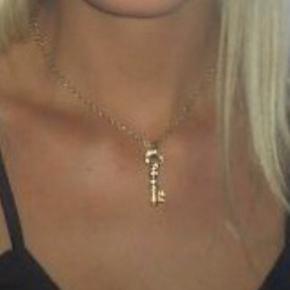 Rigtig sød halskæde. Vedhænget måler 3 cm. Velholdt.