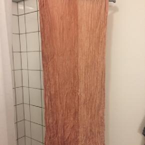 Tørklæde købt i Australien. Jeg husker ikke hvor, og der er ikke mærke i. Nypris erindres heller ikke.Ultra blødt og lækkert. Der er to nuancer i 50/50.  Måler 190 cm x 90 cm  Kom med et bud.