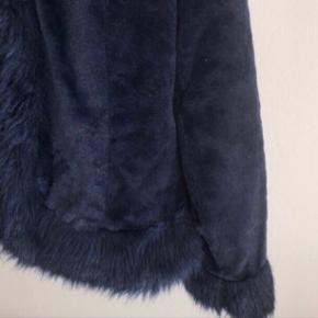 Super blød mørkeblå falsk pels Passer str M :) Den er brugt få gange og er som ny