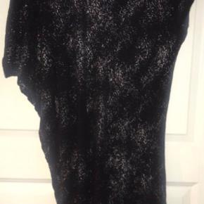 Skøn behagelig asymmetrisk kjole med let (sølv/guld/sort) glitter i stoffet.  95% rayon og 5% elastan.