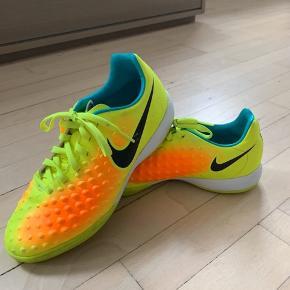 Rigtig fine indendørssko fra Nike. De er i den fine ende af god men brugt hvilket man kan se på billederne:)