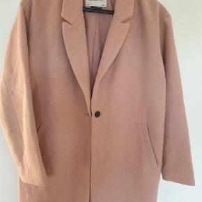 Super fin frakke, med en knap  Overgangs, passer til alt.  Brugt men god.  Sælges billigt. 100 pp