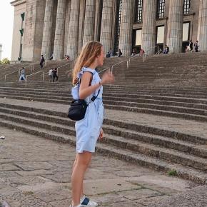 Fineste kjole fra H&M i str 36. Kun brugt 1 gang og fejler ingenting. Sidder super fint