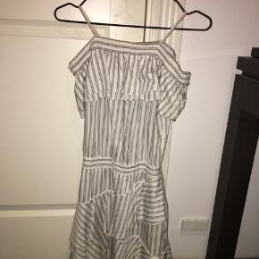 Super fin kjole fra Little Remix, str.16 - stadig i god stand! Byd gerne :)