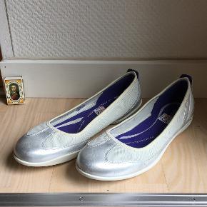 Nye ballerina sko fra Ecco. Lyse/sølv farvet. Str 42. Nypris 699kr. Nu 499kr. Ishøj.