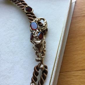 Rav med bronze. Unika smykke i bronze med ægte rav. Kat i en silkesnor. Meget dekorativ.
