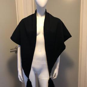 Varetype: Tørklæde Størrelse: Oz Farve: Grå,Sort  Rigtig fint sjal/tørklæde med håndbroderet blomst. Brugt to gange.