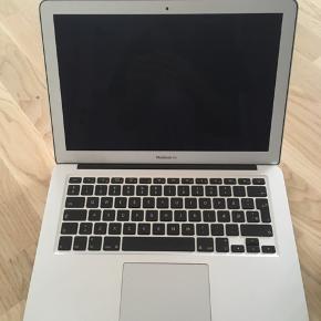 """Macbook Air 13"""" fra 2010, brugt maksimum 4 gange, da jeg også har en bærbar pc. Fungerer upåklageligt, og kan afhentes i Allerød efter aftale."""