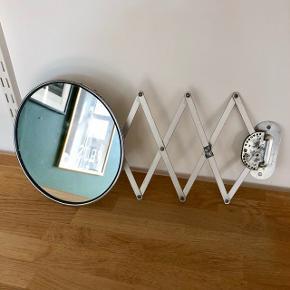 Sødt lille retro-spejl til at hænge på væggen. Kan foldes ind og ud 👌🏼   Kan hentes på Frederiksberg