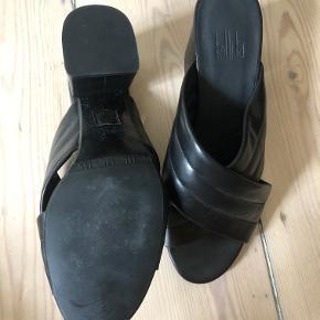 Sælger disse Billi Bi sandaler, som er brugt en gang, hvilket også kan ses på billede to. De er i læder og i super fin stand. Byd gerne!