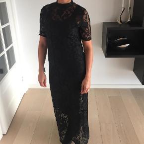 Varetype: Maxi Lang blonde kjole Farve: Sort Prisen angivet er inklusiv forsendelse.