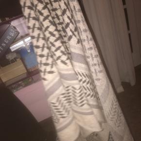 Sælger dette lala Berlin tørklæde.Ved ikke helt hvad farven hedder  Np 2700kr Mp omkring 1700kr KONTAKT mig på 28691611 Ellers skriv her inde