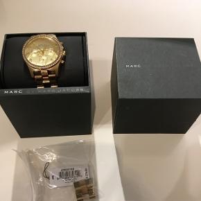 Sælger mit Marc Jacobs ur. I den ene side af remmen er guldet røget af. Ellers i fin stand. Æske og ekstra led medfølger.