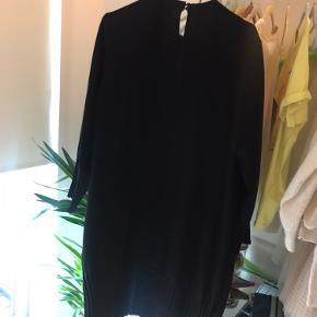 Været glad for denne kjole fra Saint tropez, med super fine detaljer på ærmer og nederst på kjolen. Får den ikke brugt længere. Pæn stand - ingen brugsspor.