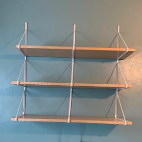 EKBY reol, IKEA, 3 stk. hylder/reol med 3 stk hvid metal stativer som kan fastgøres til væg.Med få mindre brugsspor, men ellers meget pæn. H:120 L:119 D:28
