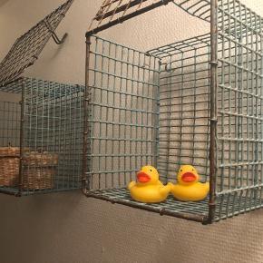 Køb disse fede rå hylder - jeg brugte dem på badeværelset men du kan bruge den hvor du vil. Den ene er større end den anden. De skal bare væk så 50kr for begge Hentes i Thisted😁