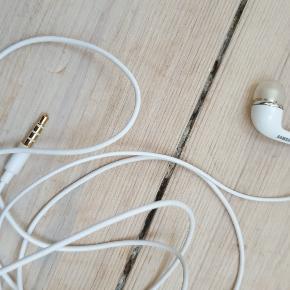 Hvide samsung høretelefoner / headset  De fungere som de skal, og fremstår flotte og næsten som nye  de sælges for 35kr de kan sendes som alm. brev med postnord for 10kr eller med DAO for 38kr