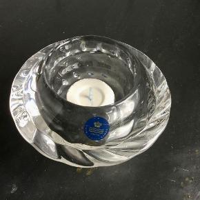 ROYAL COPENHAGEN : Smuk krystal lysestage / fyrfadsstage. Stagens diameter : 12 cm. Hullets diameter : 6 cm. Krystal / glas lysestage Stået fremme hen over julen. Sender gerne på købers regning : DAO 39,-