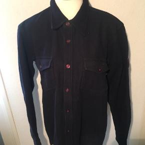 Sort tyk uld agtig skjorte fra le fix i størrelse xl - men nærmere en m/l.