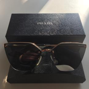 Smukke Prada solbriller i sort/grå polariseret glas med rosegold stel   Modellen hedder PR68TS   Nypris 1200