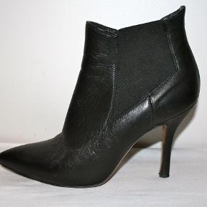 Ankelstøvler i det blødeste skind med elastik i siderne. Slank hæl: 9,5 cm. Nypris: 1950 kroner.